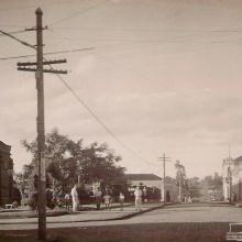 Rua Washington Luiz, década de 1940. Detalhe: a parte inferior da igreja não era rebocada.