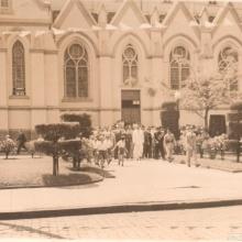 Comitiva de autoridades e público durante a visita do governador Adhemar de Barros à cidade, em 1948.