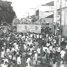 Foliões comemoram o carnaval com trio elétrico na Praça 21 de Abril, Rua Aprígio de Araújo. 1993.