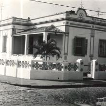 Imóvel que existiu no cruzamento da Rua Aprígio de Araújo com Dr. Olidair Ambrósio. Pertenceu à família do Sr. Manoel Sicchieri.
