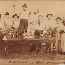 Imigrantes em 1905. Ao lado deles uma negra alforriada antes da Lei Áurea.