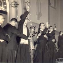 Missão Religiosa, escadaria da Igreja Matriz de N. S. Aparecida. Pe. Antônio de Oliveira, Ernesto Polegato, um dos pregadores visitantes, Dr. Sílvio Sarti e outros sacerdotes redentoristas..