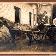 Sr. Adolfo Guidoni, pioneiro do Pastifício Guidoni e seu carrinho de entrega.