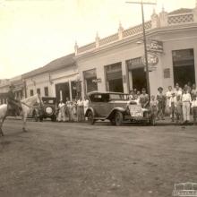 Agência Ford-Perticarrari, década de 1930. Cruzamento das Ruas Barão do Rio Branco e Expedicionário Lellis.