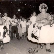 Mané Gaiola e foliões durante carnaval na década de 1960.