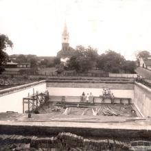 Construção da piscina da sede esportiva do Clube Literário e Recreativo Sertanezino, década de 1940.