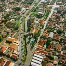 Vista aérea da Avenida Antônio Paschoal e Teatro Municipal Prof.ª. Olympia Faria de Aguiar Adami