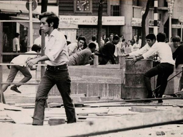 Luta entre estudantes e a polícia na rua Maria Antônia em São Paulo-SP.