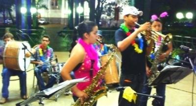 Carnaval à moda antiga anima público na Praça 21 de Abril