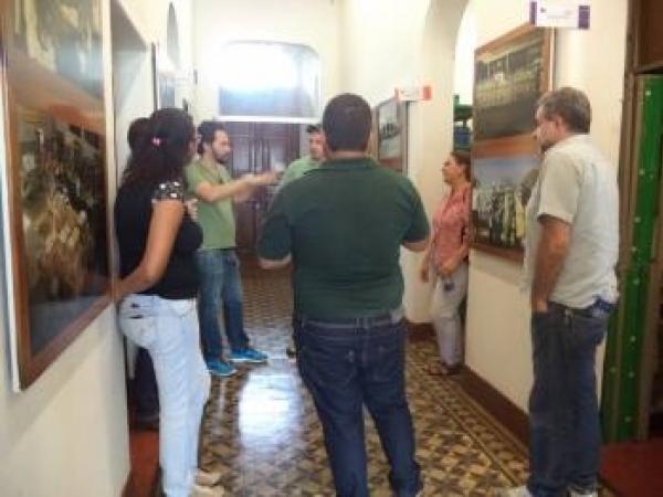 Ao fundo, o diretor do Departamento Municipal de Cultura e Turismo, João André da Rocha, recepciona a comissão do Instituto Cultural Engenho Central durante visita ao prédio histórico que abriga setores de trabalho ligados à Cultura no município / Foto: A
