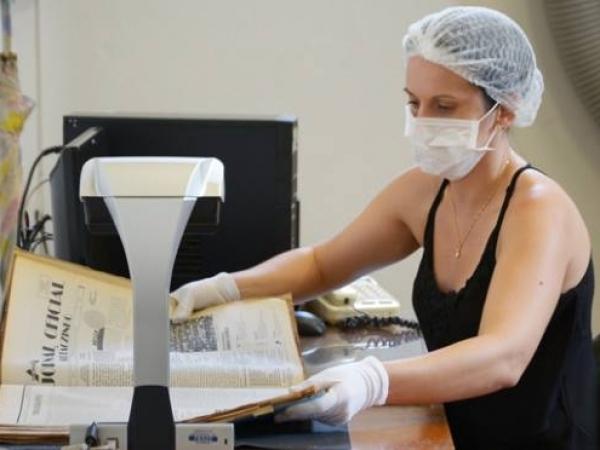 Para o processo de digitalização dos arquivos que compõem o acervo do Centro Municipal de Memória, a Administração adquiriu um escâner tipo planetário [Foto: Adilson Lopez]