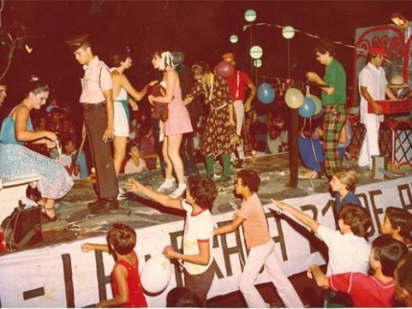 Em 1981, desfile homenageia o ponto de encontro mais tradicional de Sertãozinho: a Praça 21 de Abril / arquivo: CEMM